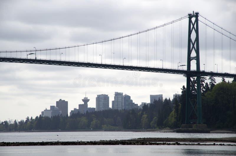Città di Vancouver con il ponte di Lion Gate fotografia stock libera da diritti