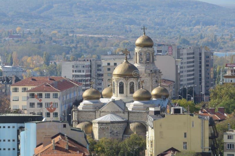 Città di Varna, Bulgaria, veduta da sopra Foto aerea con il Mar Nero dietro fotografia stock