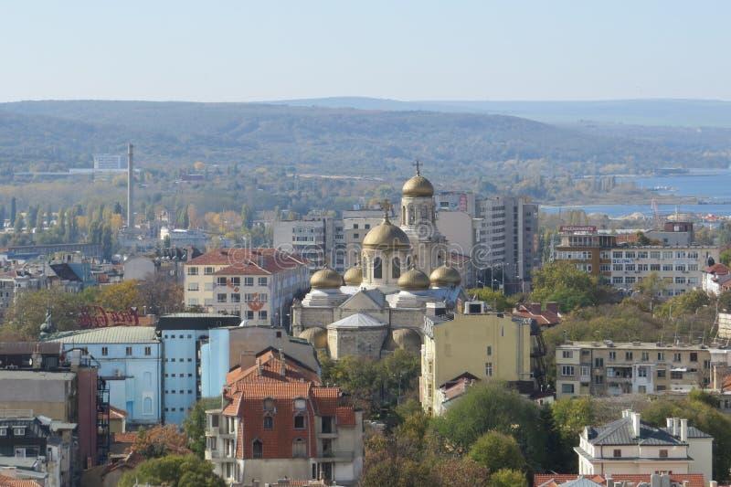 Città di Varna, Bulgaria, veduta da sopra Foto aerea con il Mar Nero dietro fotografia stock libera da diritti