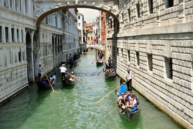 Città di Venezia con il ponte dei sospiri e della gondola, Italia fotografia stock libera da diritti