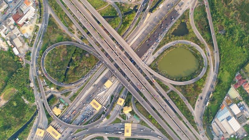 Città di vista superiore, strada di vista aerea, superstrada con i lotti dell'automobile nella t fotografia stock libera da diritti