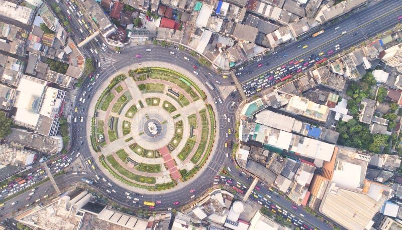 Città di vista superiore, strada di vista aerea, superstrada con i lotti dell'automobile nella t fotografia stock