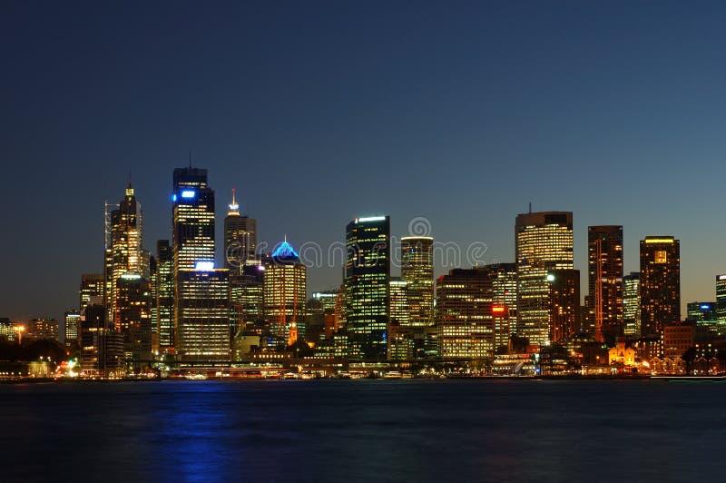 Città dopo oscurità fotografia stock