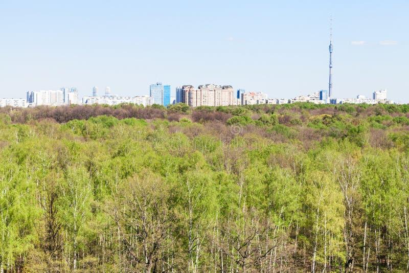 Città e foresta verde nel giorno soleggiato fotografie stock libere da diritti