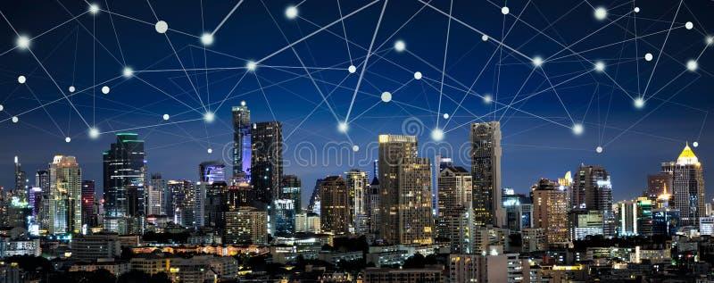Città e Internet astuti delle cose, networ senza fili di comunicazione fotografie stock libere da diritti