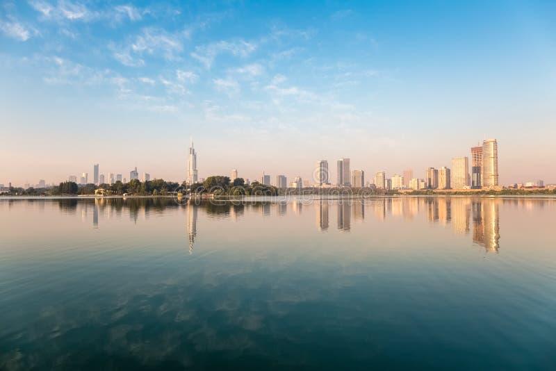 Città e lago fotografia stock