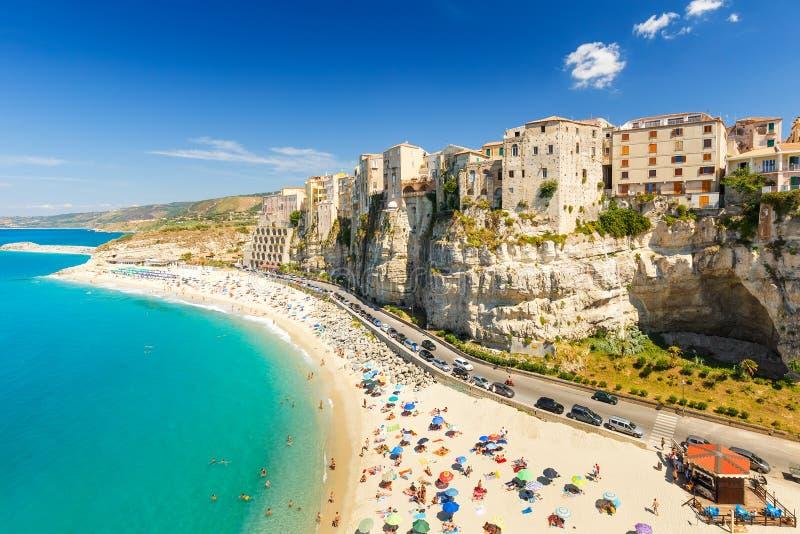 Città e spiaggia di Tropea fotografie stock