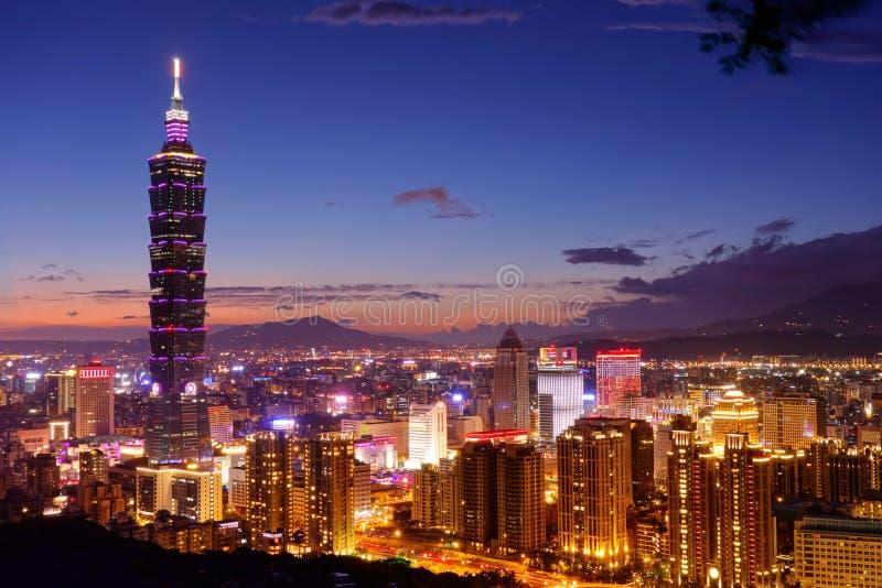 Città e Tapie di Taipei una vista di 101 notte fotografia stock libera da diritti