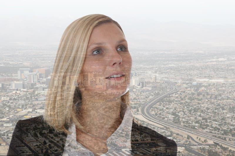 Città futura del responsabile di successo di carriera della donna di affari della donna di affari immagine stock libera da diritti