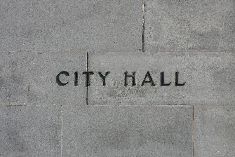 Città generica Hall Sign su una costruzione fotografie stock libere da diritti