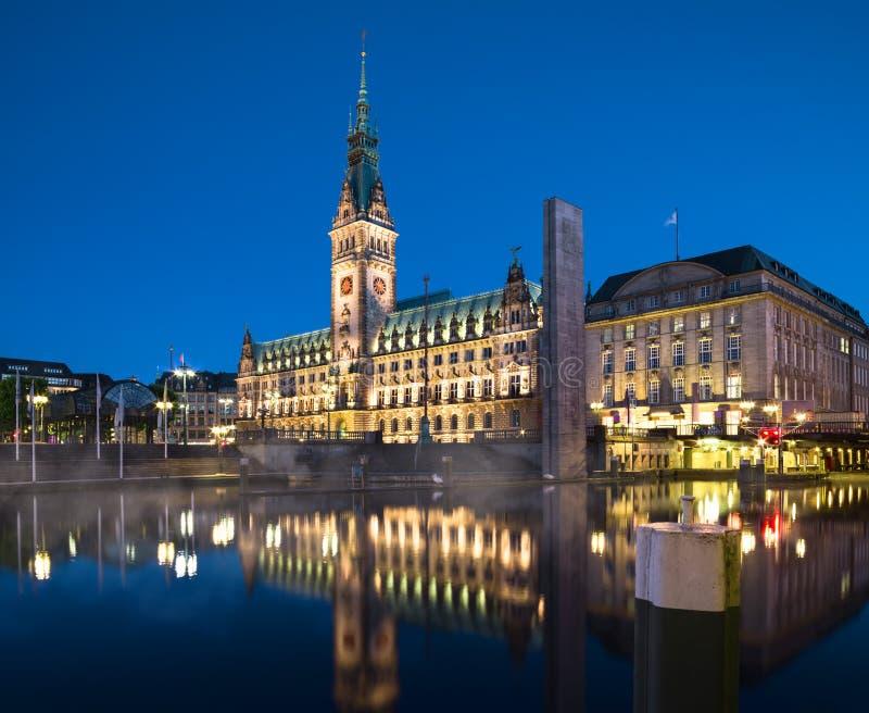 Città Hall At Night di Amburgo immagine stock libera da diritti