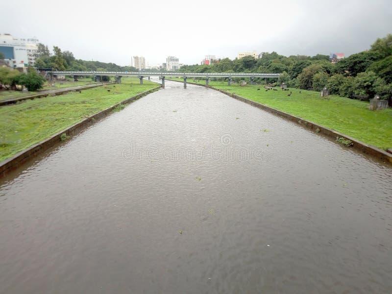 Città indiana di Pune del fiume che piove stagione immagini stock