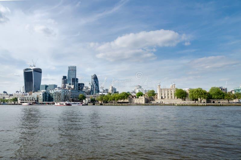 Città/Inghilterra di Londra: Orizzonte della città vicino al ponte della torre fotografie stock