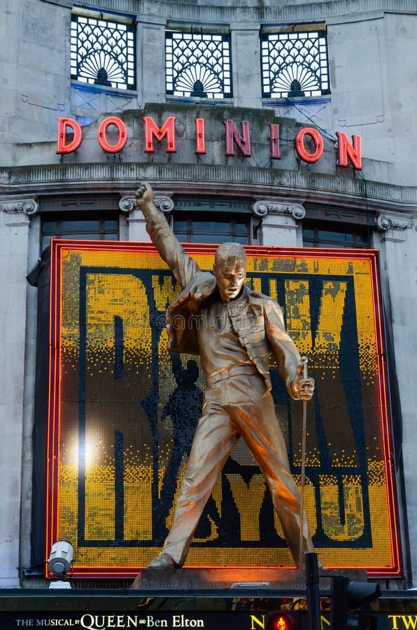 Città/Inghilterra di Londra: Teatro di dominio con la scultura di Freddy Mercury immagini stock