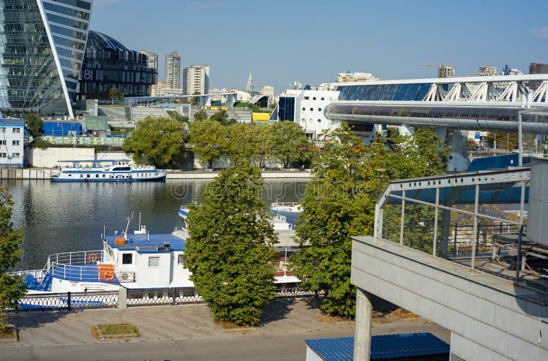 Città la regione di Mosca, ponte di Bagration ancoraggio del fiume immagini stock libere da diritti
