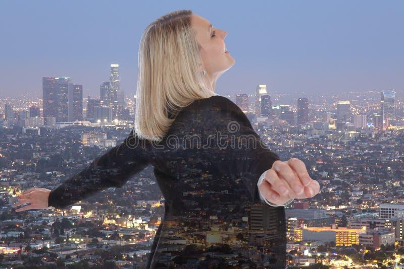 Città libera d del responsabile di concetto di libertà della donna di affari della donna di affari immagine stock libera da diritti