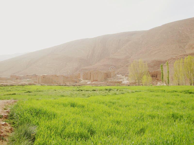 Città marocchina nell'alta catena montuosa dell'atlante immagini stock