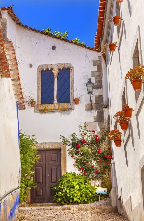 Città medievale del XI secolo Obidos Portogallo della via bianca stretta fotografia stock