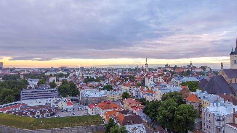 Città medievale di Tallin dell'Estonia - vista aerea al tramonto di estate fotografia stock libera da diritti