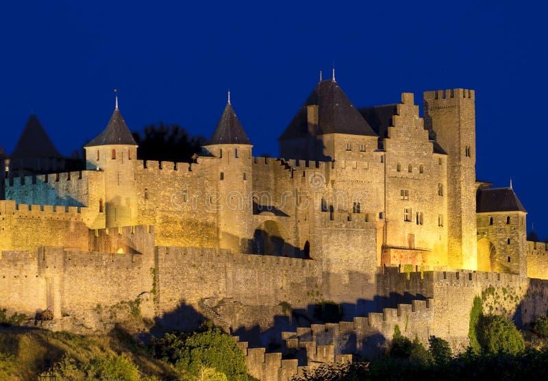 Città medioevale di Carcassona alla notte immagini stock