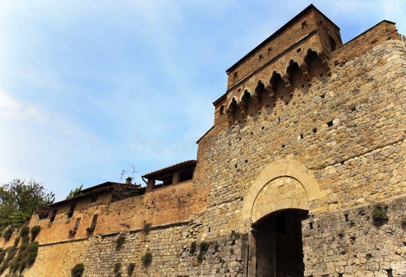 Città medioevale San Gimignano del cancello di pietra antico immagini stock