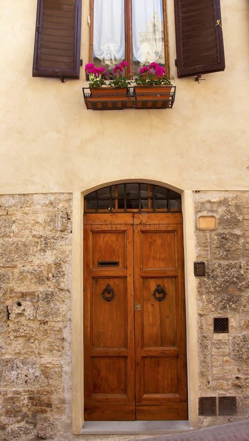 Città medioevale San Gimignano Italia del portello antico immagine stock
