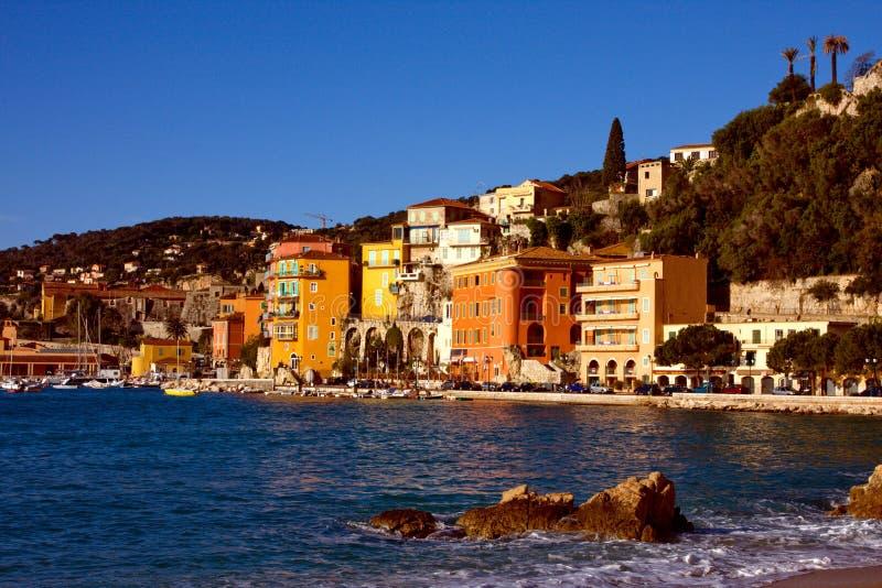 Città Mediterranea del pendio di collina in Francia con il porto fotografie stock libere da diritti