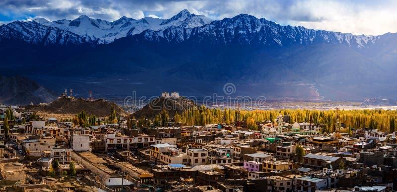Città in montagna sulla stagione di Autumm immagine stock libera da diritti