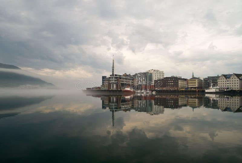 Città nebbiosa Tromso in Norvegia fotografia stock libera da diritti