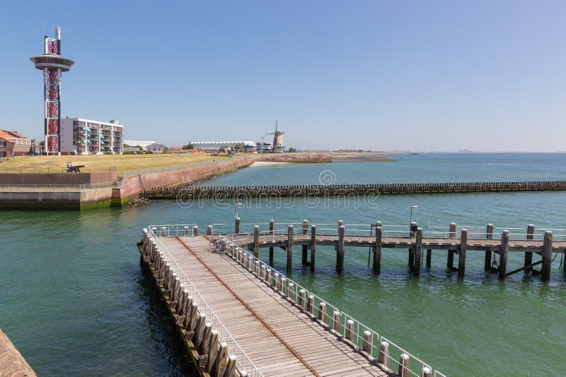 Città olandese Vlissingen del porto di vista sul mare a Westerschelde con il molo di legno immagini stock libere da diritti