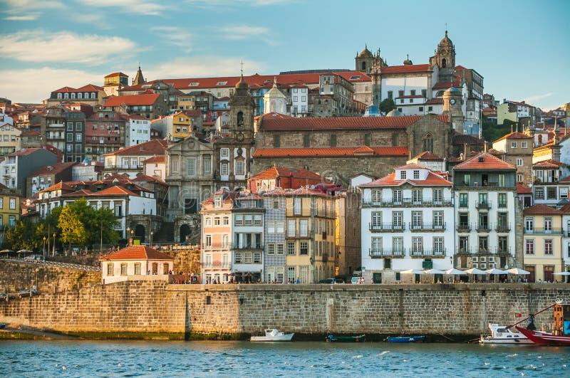 Città Oporto nella sera Vista del fiume il Duero e della parte storica centrale della città fotografia stock libera da diritti