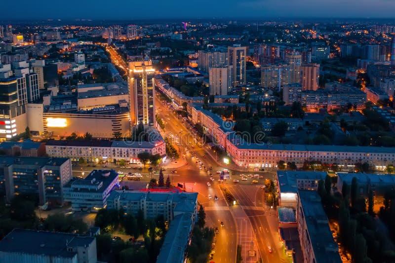 Città panorama del centro o concentrare di Voronež di notte da sopra con l'intersezione illuminata della strada, traffico di auto fotografia stock libera da diritti