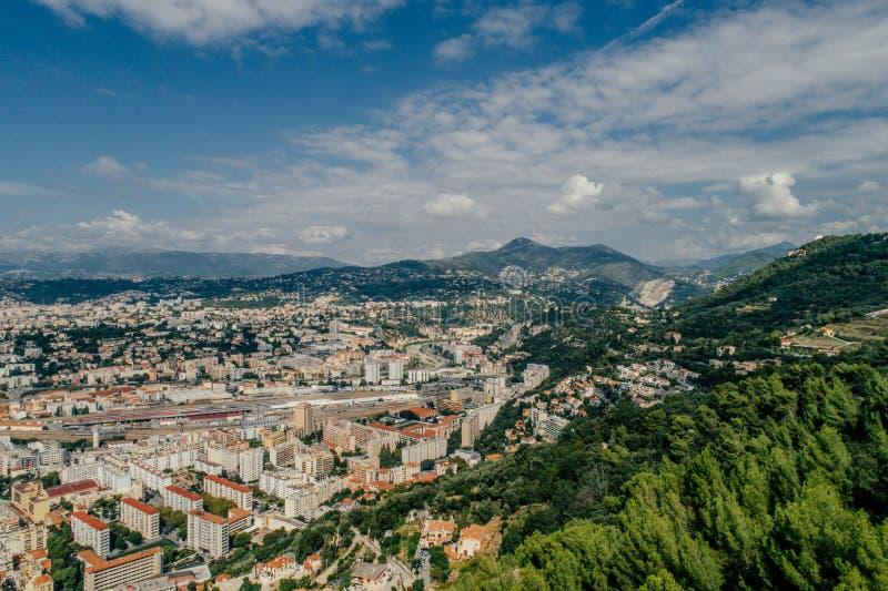 Città piacevole nel sud della Francia sulla costa azzurrata una vista da sopra panorama del fuco fotografia stock
