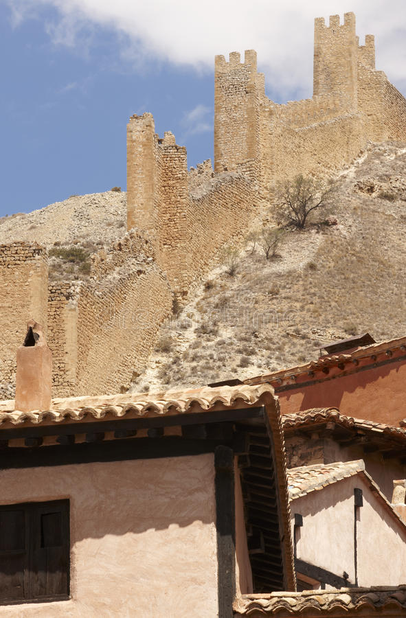 Città pittoresca in Spagna Case antiche e parete di difesa Al immagine stock