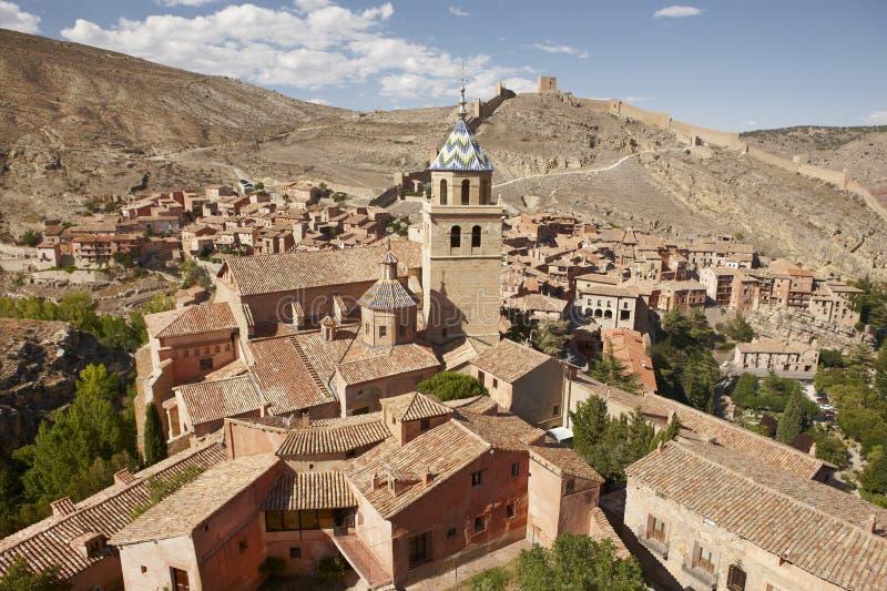 Città pittoresca in Spagna Case e torre antiche della cattedrale a fotografia stock