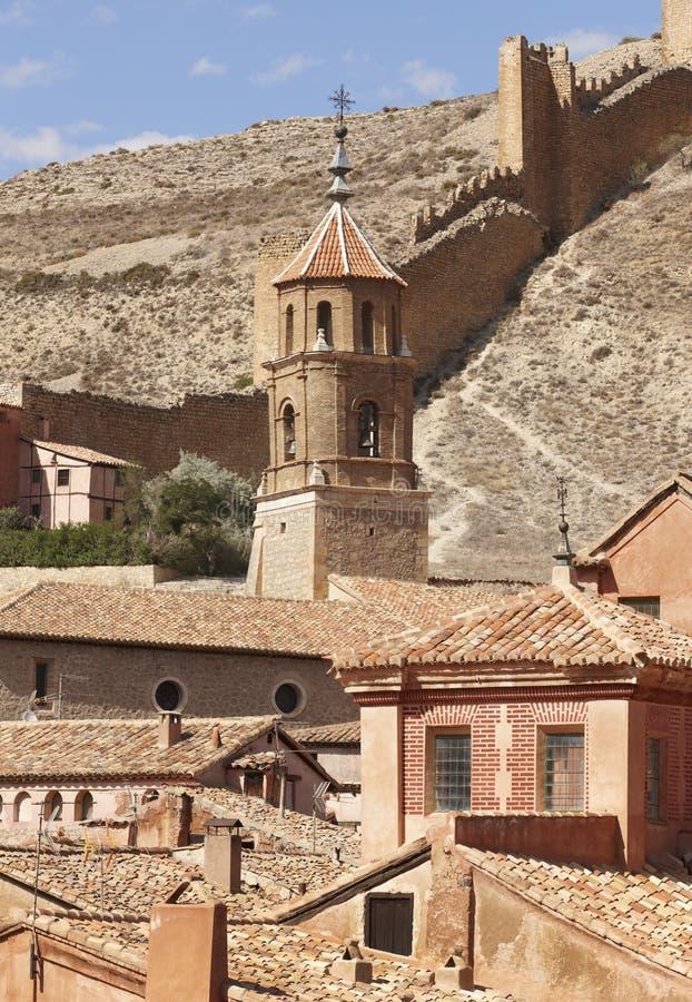 Città pittoresca in Spagna Cattedrale e parete di difesa Albarra immagini stock