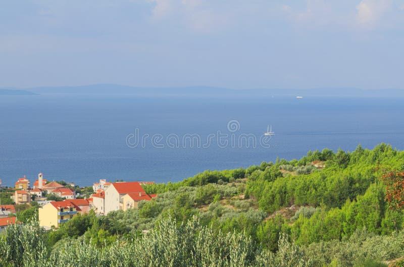 Città Podstrana, Croazia e barca a vela sul mare immagine stock