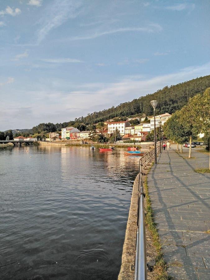 Città, ponte e fiume del marinaio con le barche fotografie stock libere da diritti
