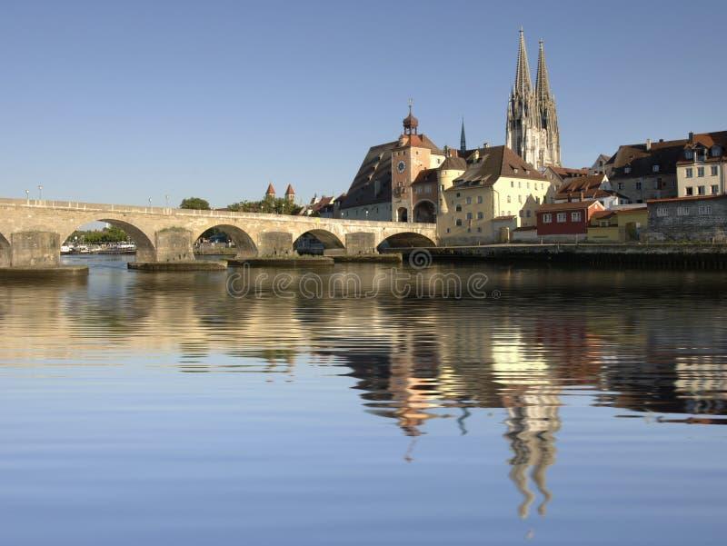città Regensburg con il vecchio ponte di pietra storico immagine stock