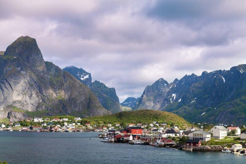 Download Città Scenica Del Villaggio Di Reine, Isole Di Lofoten, Norvegia Fotografia Stock - Immagine di aperto, barca: 56886414