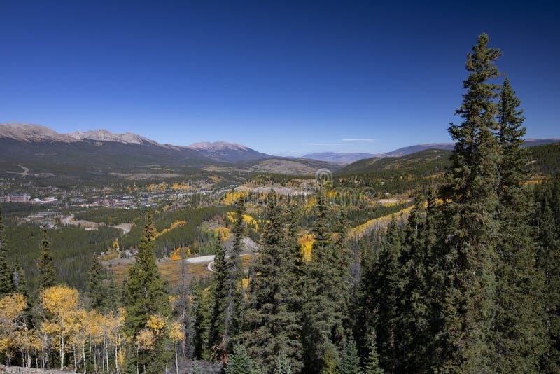 Città scenica della montagna con le tremule fotografia stock libera da diritti