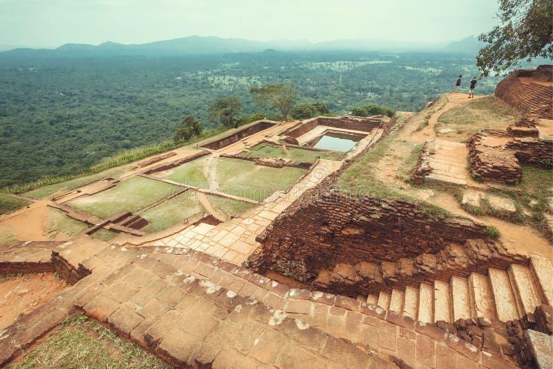 Città scenica Sigiriya della montagna di vista con paesaggio, lo stagno di acqua, le rovine e gli alberi rurali, Sri Lanka Sito d fotografia stock