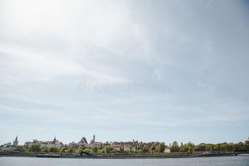 Città sopra il fiume Varsavia sopra la Vistola La vecchia città è il polacco ed i boulevard viennesi Parti di Owen e vecchie dell fotografia stock libera da diritti