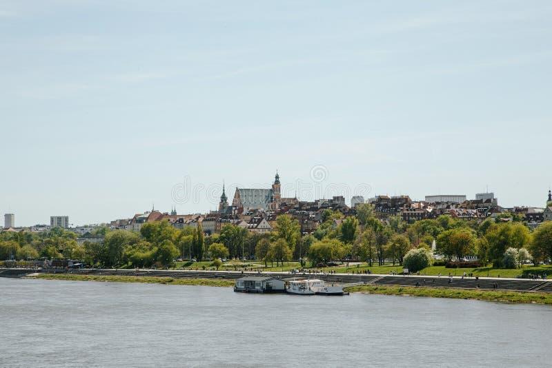 Città sopra il fiume Varsavia sopra la Vistola La vecchia città è il polacco ed i boulevard viennesi Parti di Owen e vecchie dell fotografia stock