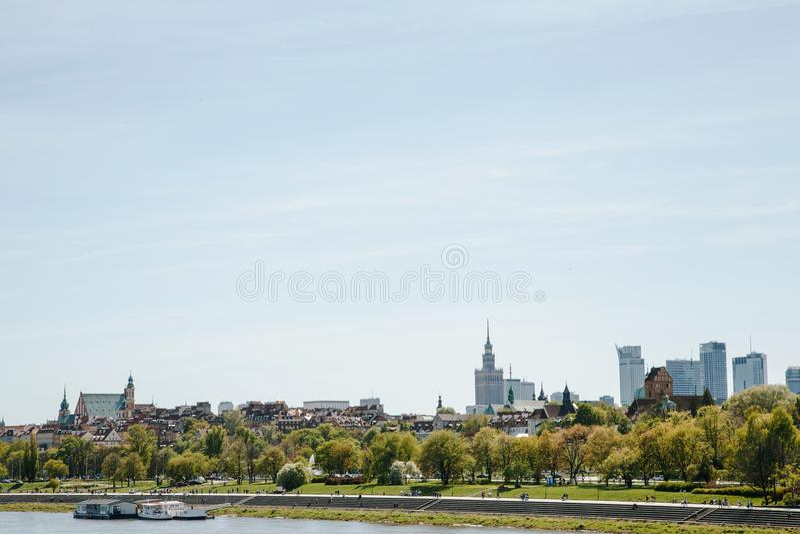 Città sopra il fiume Varsavia sopra la Vistola La vecchia città è il polacco ed i boulevard viennesi Parti di Owen e vecchie dell fotografie stock libere da diritti