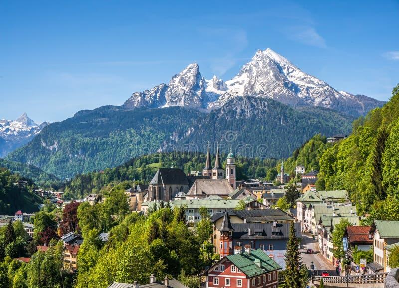 Città storica Berchtesgaden con la montagna di Watzmann in primavera, Baviera, Germania fotografia stock