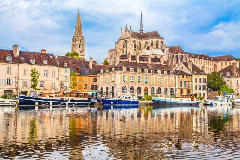 Città storica di Auxerre con il fiume di Yonne, Borgogna, Francia immagine stock libera da diritti