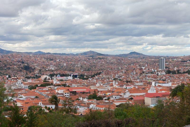 Città storica di Sucre con una vista aerea sopra la torre della cattedrale in Bolivia, Sudamerica immagine stock libera da diritti