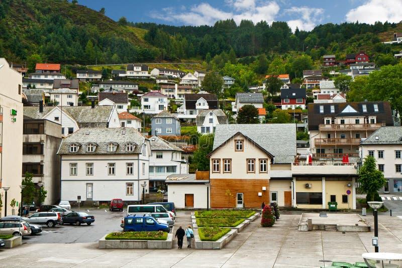Città su un pendio di montagna immagini stock
