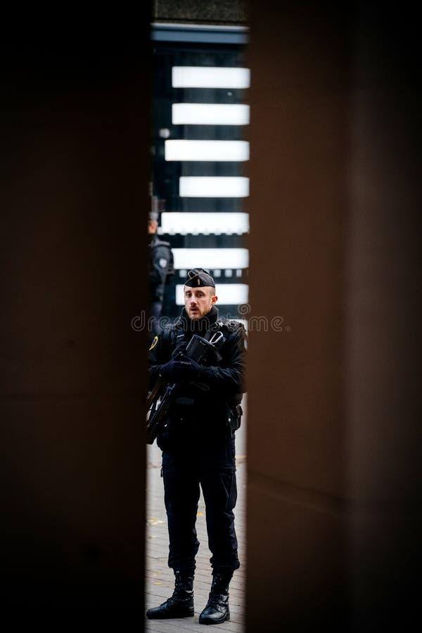Città surveilling dell'ufficiale di polizia dopo il attacco terroristico immagini stock libere da diritti